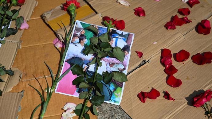 早安·世界|缅甸仰光民众为示威游行中丧生的抗议者默哀