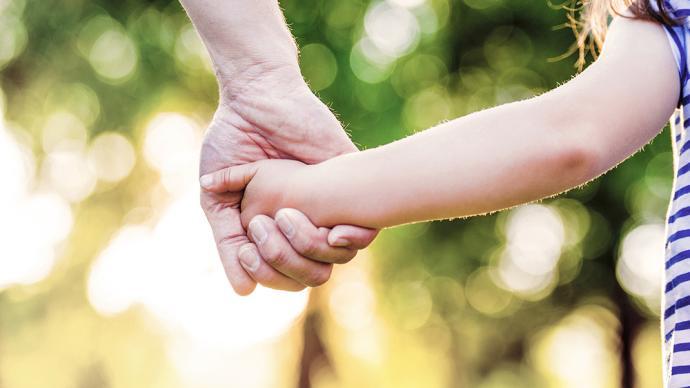代表建议:建立儿童收养后关爱回访制度,鼓励收养病残儿童