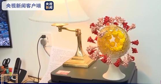 用3D打印的新冠病毒摆件,被李赛放在办公桌上。