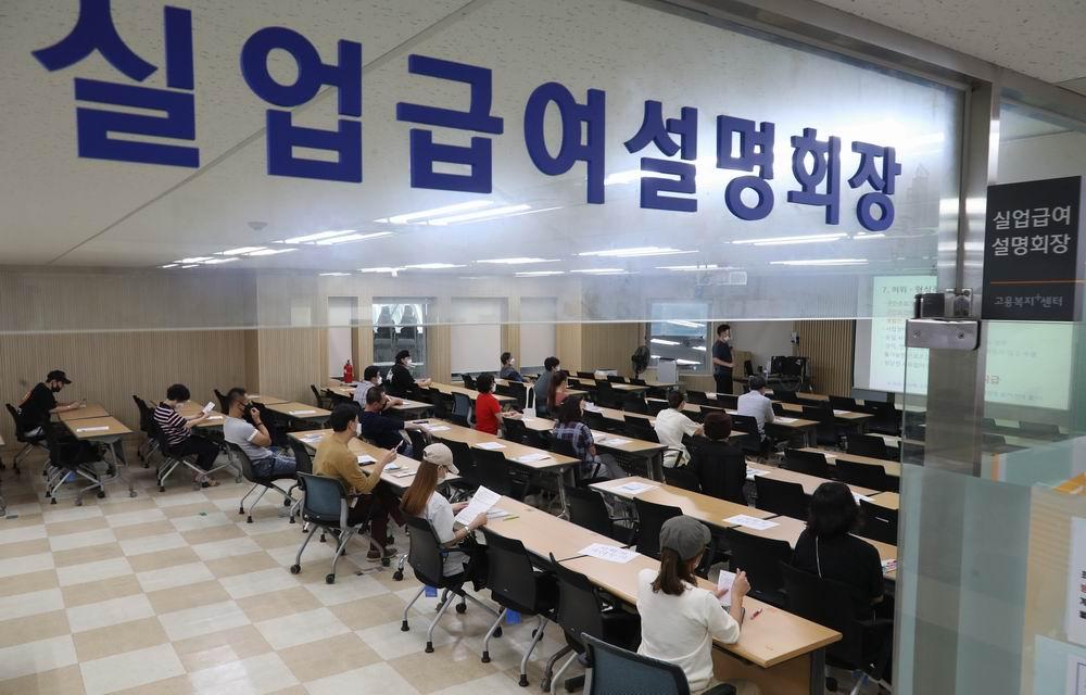 2020年9月11日,韩国首尔,失业者在劳工局等待和工作人员咨询领取失业救济金。