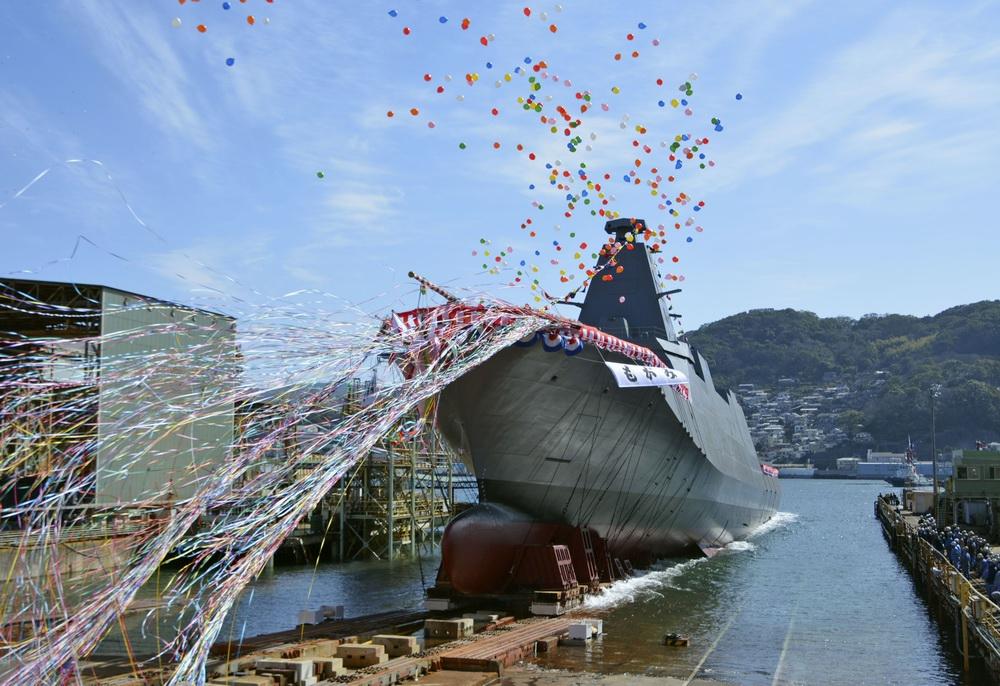 """当地时间2021年3月3日,日本长崎,日本海上自卫队新型护卫舰""""FFM""""1号舰命名及下水仪式在三菱重工业公司长崎造船厂举行,该舰由流经山形县的最上川命名为""""最上""""。""""最上""""号计划在2022年服役。"""