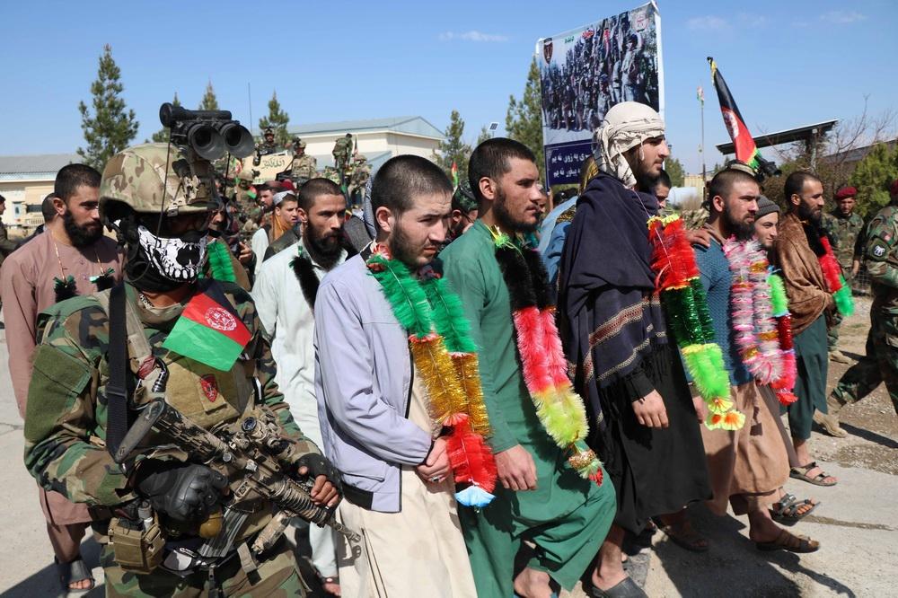 当地时间2021年3月3日,阿富汗赫拉特,阿富汗安全部队与被解救的民众参加了一场庆祝仪式。阿富汗国防部3月3日发表声明,政府军3月2日夜间在西部赫拉特省展开行动,捣毁一座塔利班监狱并从中解救34人。