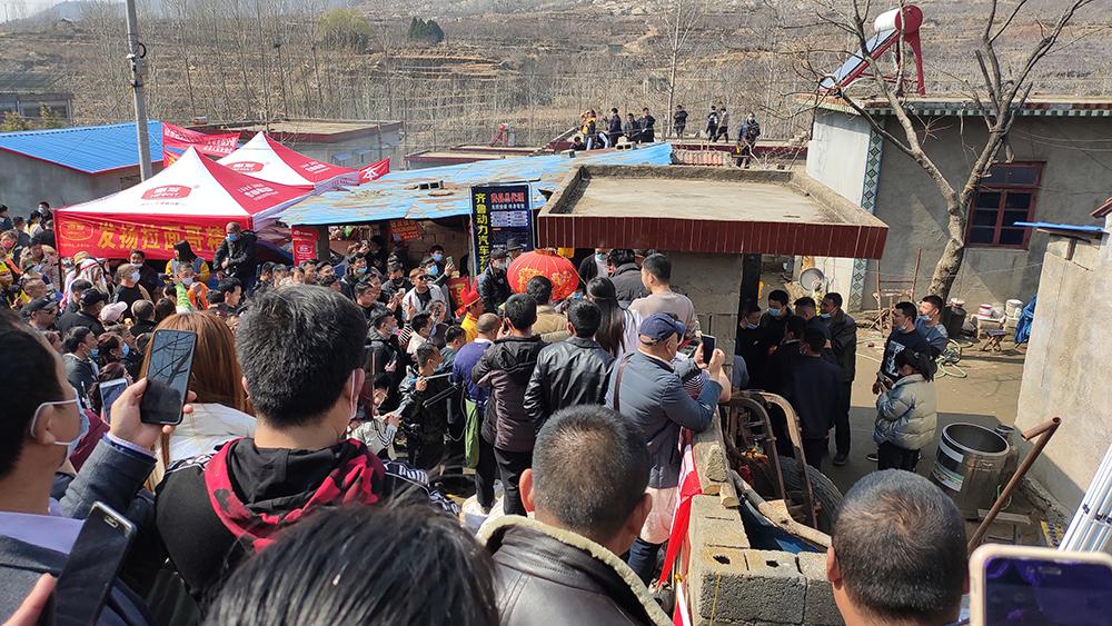 """3月4日,""""拉面哥""""的摊前挤满了前来围观的人,然而""""拉面哥""""没有出现。 本文图片均为相关人士提供"""