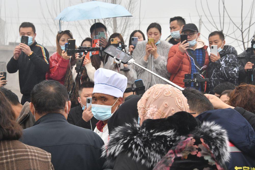 2月28日,众多网红和视频博主将费县梁邱东大集上程运付的拉面摊围得水泄不通。新华社记者吴飞座摄