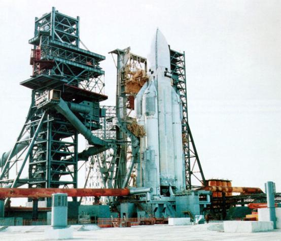 """准备发射的苏联""""能源""""号重型运载火箭。"""
