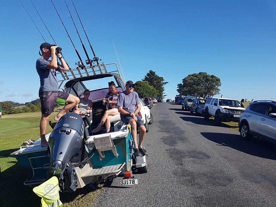 当地时间2021年3月5日,新西兰旺阿雷,度假的人们疏散到高地。