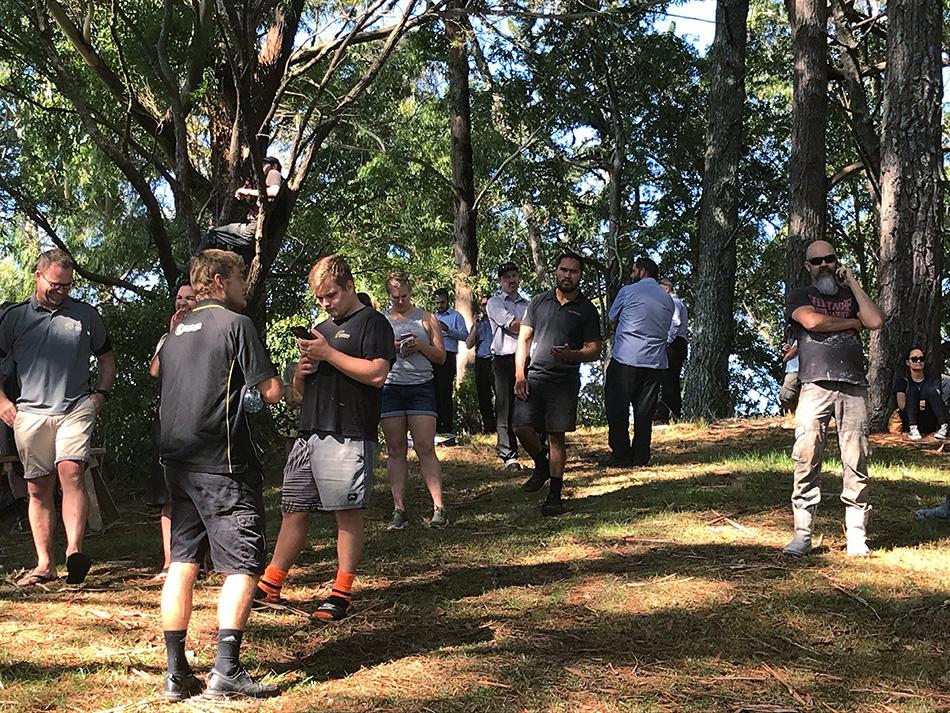 当地时间2021年3月5日,新西兰旺阿雷,民众疏散到高地。