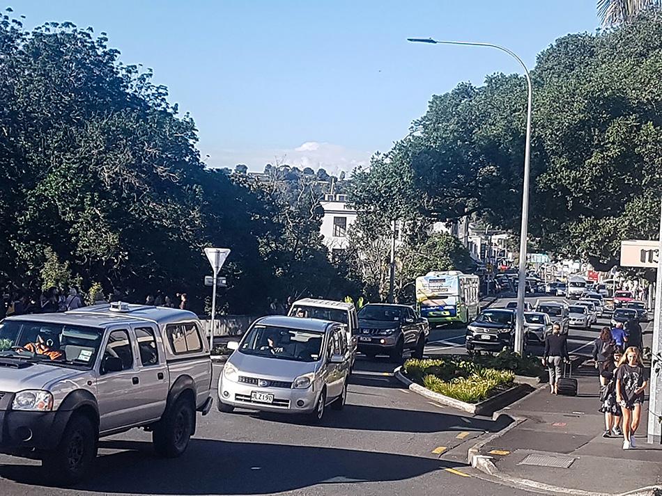 当地时间2021年3月5日,新西兰旺阿雷,车辆开到高地。