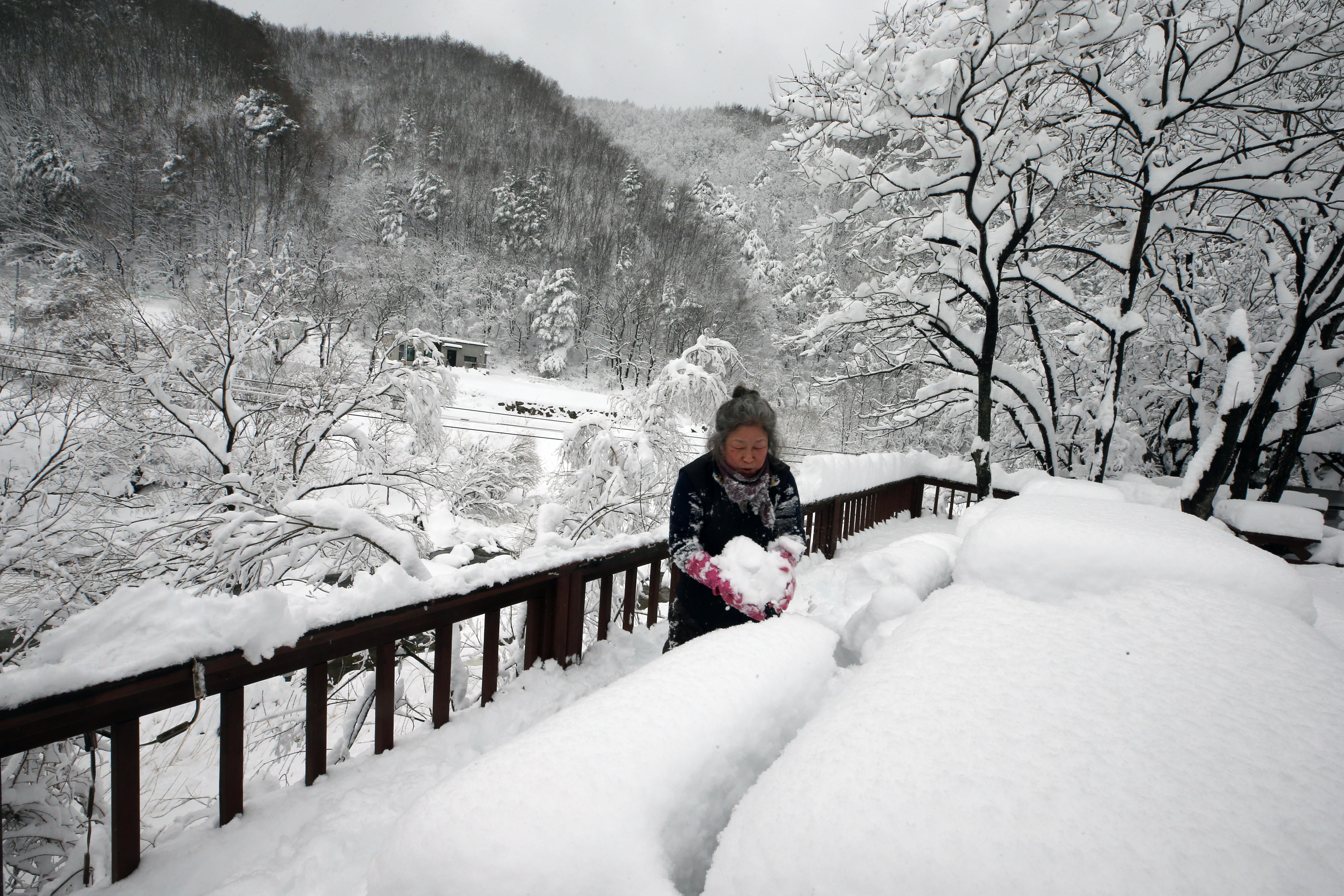 当地时间2021年3月2日,韩国多地迎来降雪,扫雪工作已陆续展开。