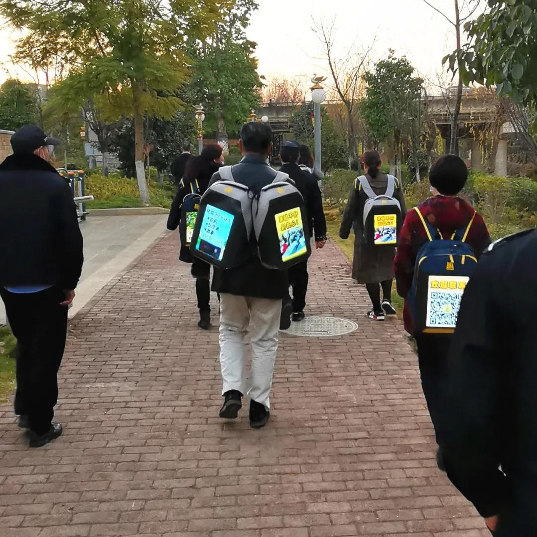 """近期,云南省多地出现群众背着以6000元一个购买或向他人租借的""""包你火""""或""""火包包""""矿机包。 微信公众号@永平警方 图"""