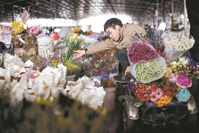 每天上街卖花的夫妇俩。