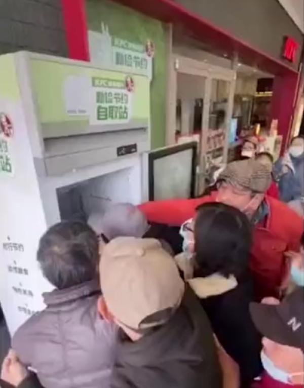 肯德基食物银行在上海遭哄抢。 网络视频截图