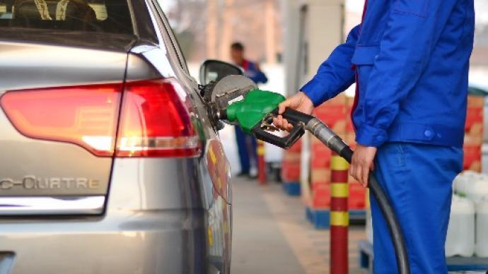 """国内成品油价""""八连涨"""",加满一箱92号油多花约10元"""