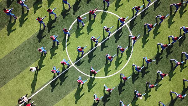 """湖南省永州市珠山镇智慧树学校的孩子们在上""""功夫体育课""""。新华社 资料图"""