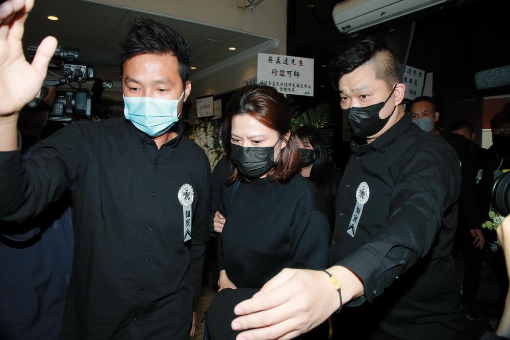 吴孟达妻子侯珊燕抵达殡仪馆。