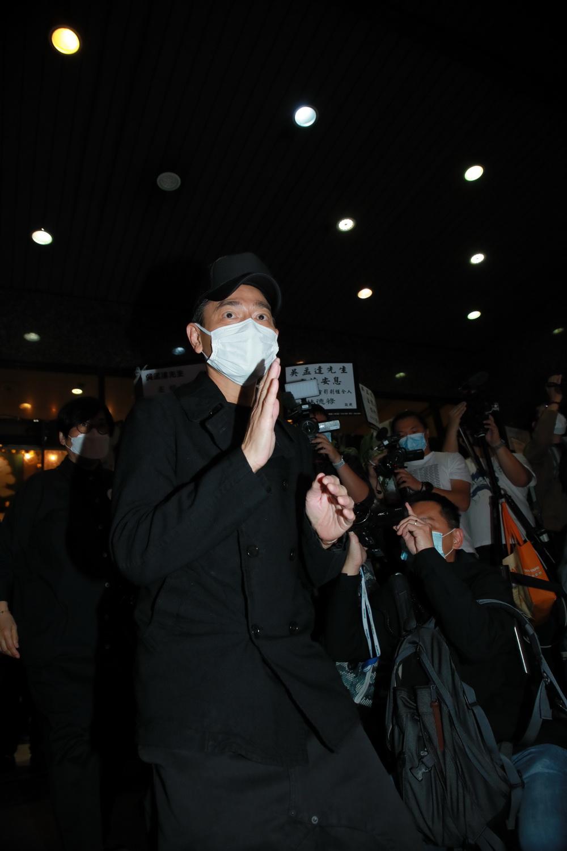 香港著名演员刘德华到殡仪馆悼念吴孟达。