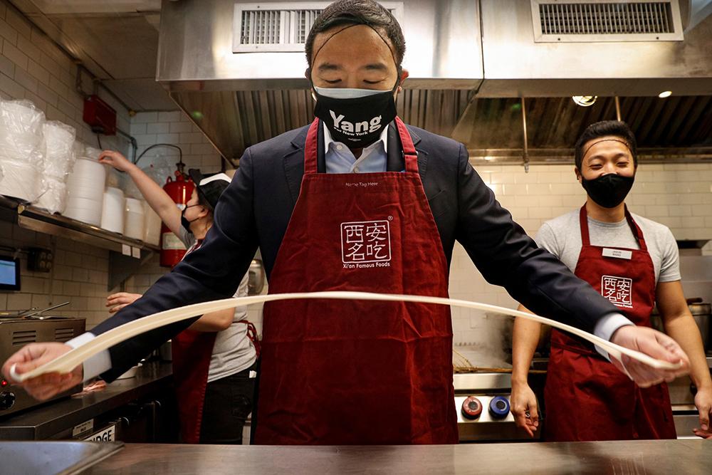 """当地时间2021年3月5日,美国纽约,纽约市长竞选人杨安泽拜访位于唐人街的""""西安名吃""""餐馆,他现场拉面秀厨艺。"""