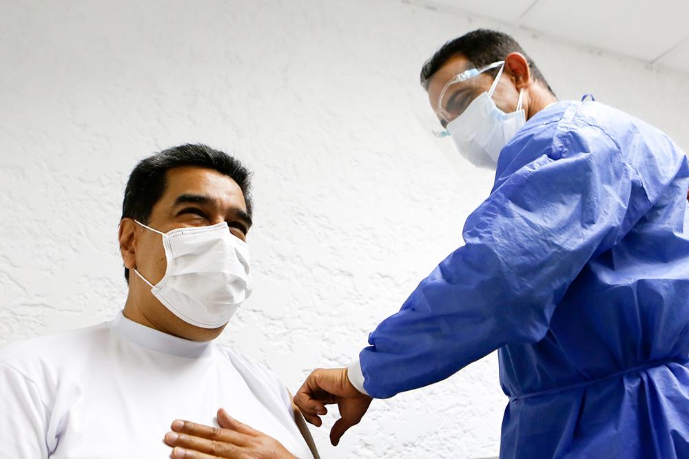 """当地时间2021年3月6日报道,委内瑞拉总统马杜罗和第一夫人西莉亚·弗洛雷斯已接种第一剂次来自俄罗斯的新冠疫苗。委国家电视台播放了马杜罗注射疫苗的画面。马杜罗表示,接种后他感觉""""很好""""。而多家媒体注意到,马杜罗在接种疫苗后还想起了在委内瑞拉流传的一个玩笑,这个玩笑说,注射完俄罗斯的""""卫星V""""疫苗后的人就可以说俄语了。"""