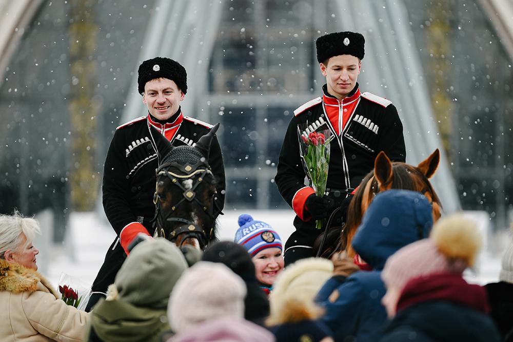 """当地时间2021年3月8日,俄罗斯莫斯科,骑手准备向参观者赠送鲜花,庆祝""""三八""""国际劳动妇女节。"""