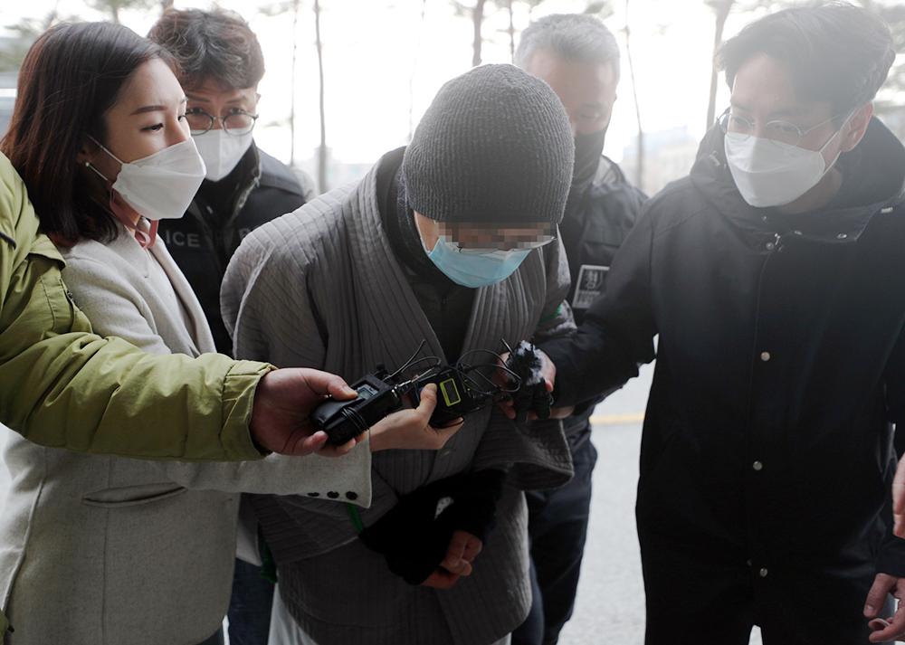 当地时间2021年3月8日报道,韩国,放火烧毁千年古寺的僧人崔某前往法院接受审问。3月5日晚上,崔某喝酒后在韩国全罗北道内藏寺纵火,导致木制建筑大雄宝殿被完全焚毁。