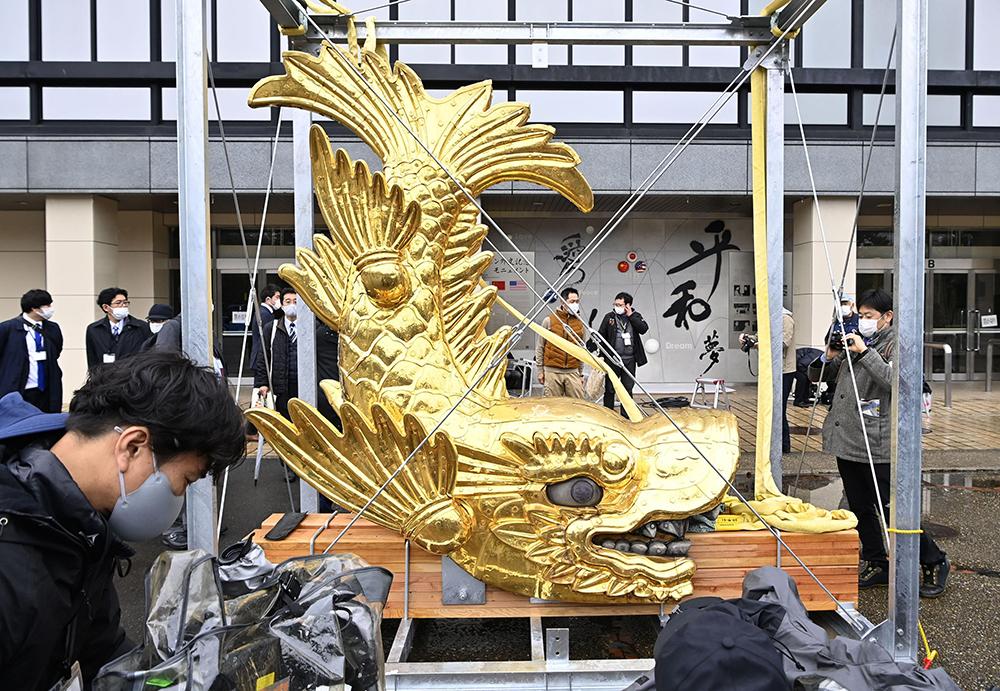 当地时间2021年3月8日,日本名古屋市,金色兽头瓦金鯱从名古屋城屋顶上取下。