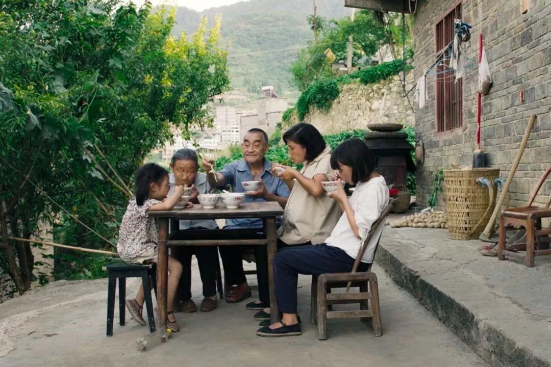《妈妈和七天的时间》剧照,妈妈、小咸、三妹和外公外婆一块吃饭。