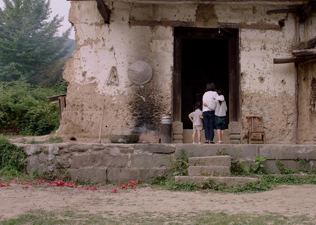 《妈妈和七天的时间》剧照,妈妈去世后,三姐妹在堂屋前不敢进去。