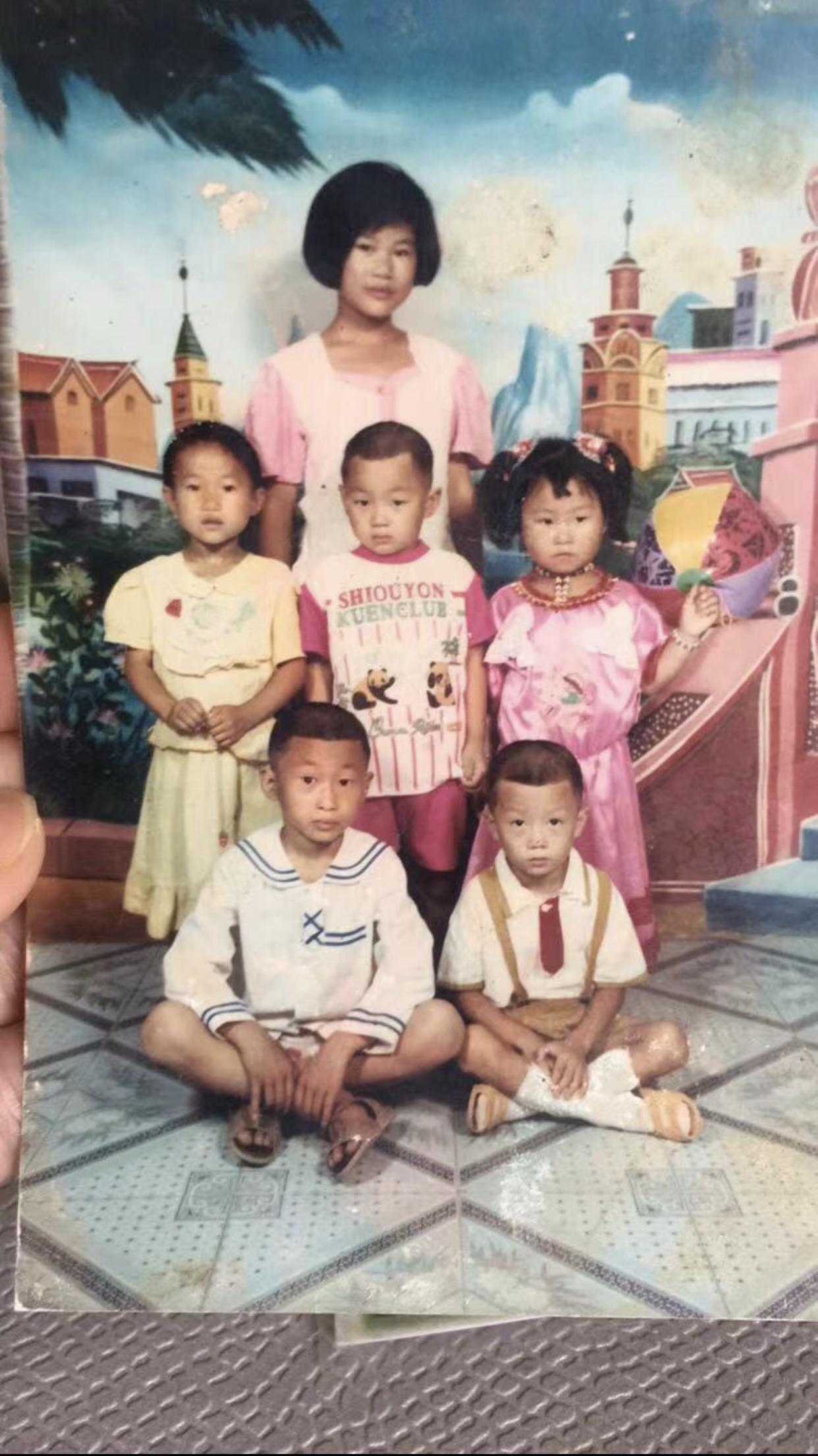 妈妈去世后不久,李冬梅(第三排)和三妹(第二排左一)、表弟表妹们的合影。