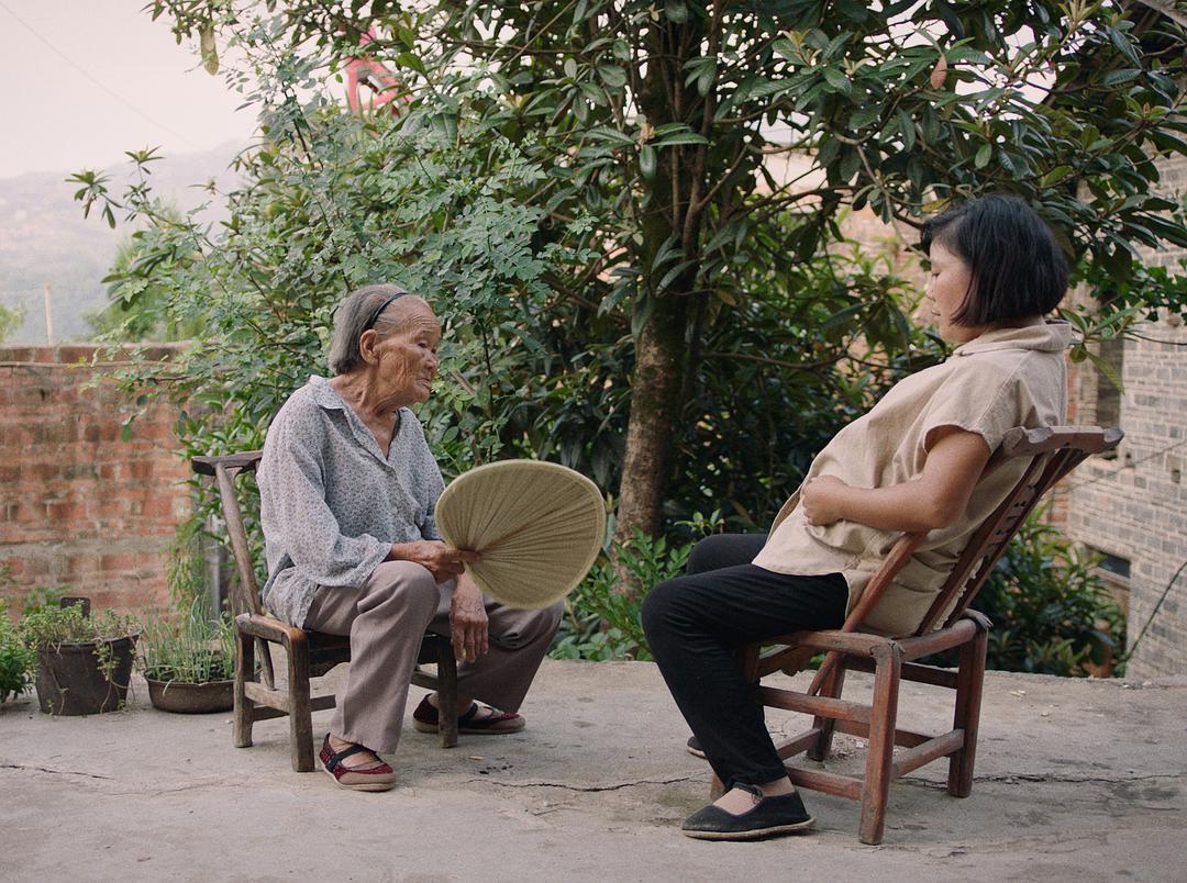 《妈妈和七天的时间》剧照,左边老人为李冬梅89岁的外婆。