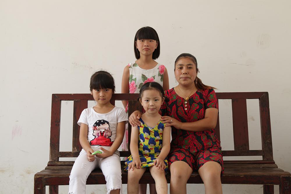 《妈妈和七天的时间》中的四位主演,妈妈、小咸、二妹、三妹,都是附近村民。