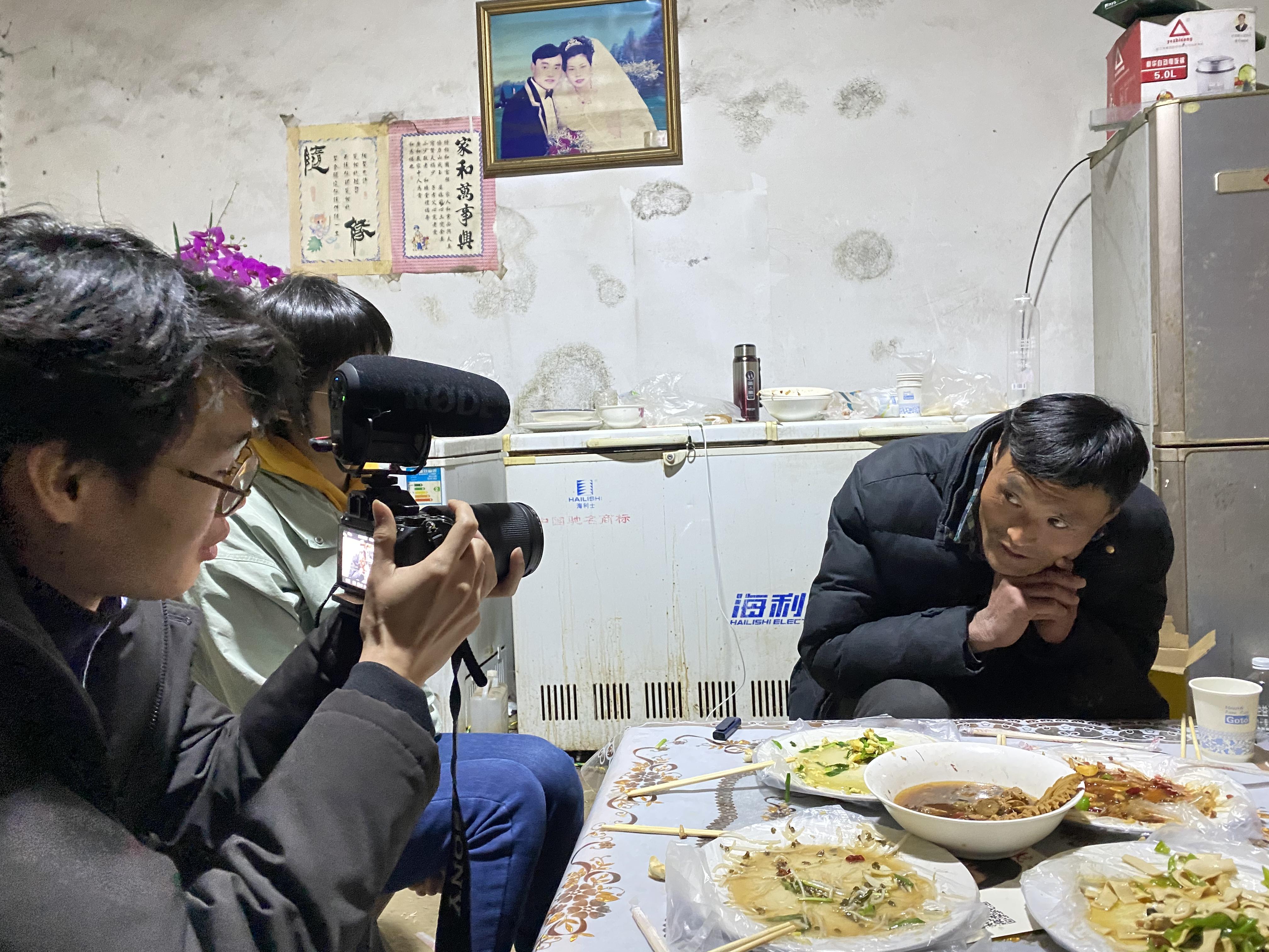 """""""拉面哥""""接受媒體采訪。澎湃新聞記者 何鍇 圖"""