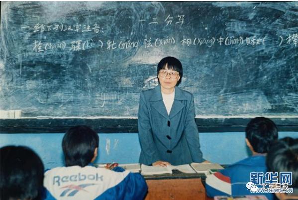 1998年,張桂梅在華坪民中任教,當時她剛做完第二次手術(資料圖)。新華網發(華坪縣融媒體中心 供圖)