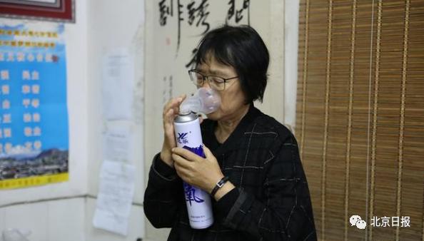 2019年10月15日,盯完學生們課間操后的張桂梅回到辦公室吸氧、吃早餐、吃藥。新華網 丁凝 攝