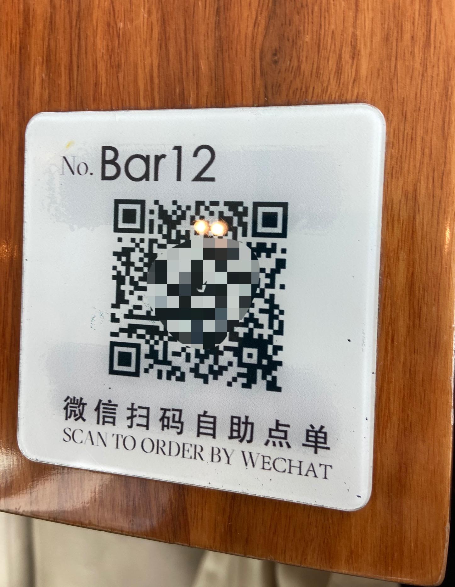 一家支持微信扫码自助点单的餐厅在餐台上贴的二维码