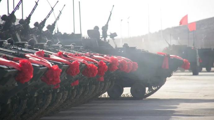 入列!新型装甲车列装北疆大漠
