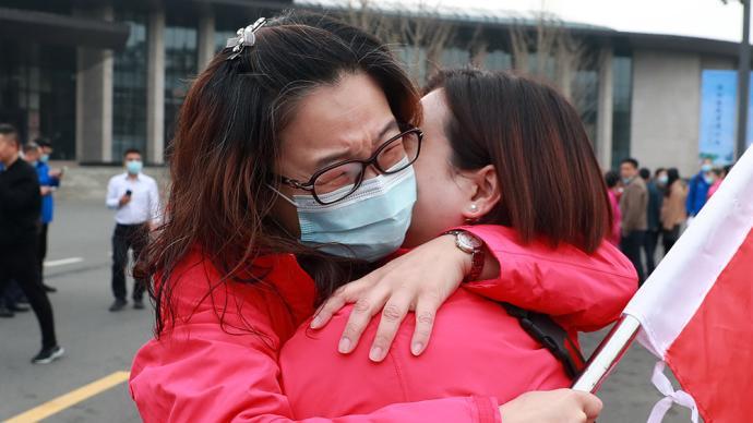 一周图片|援鄂英雄赴约回汉,樱花树下相拥而泣