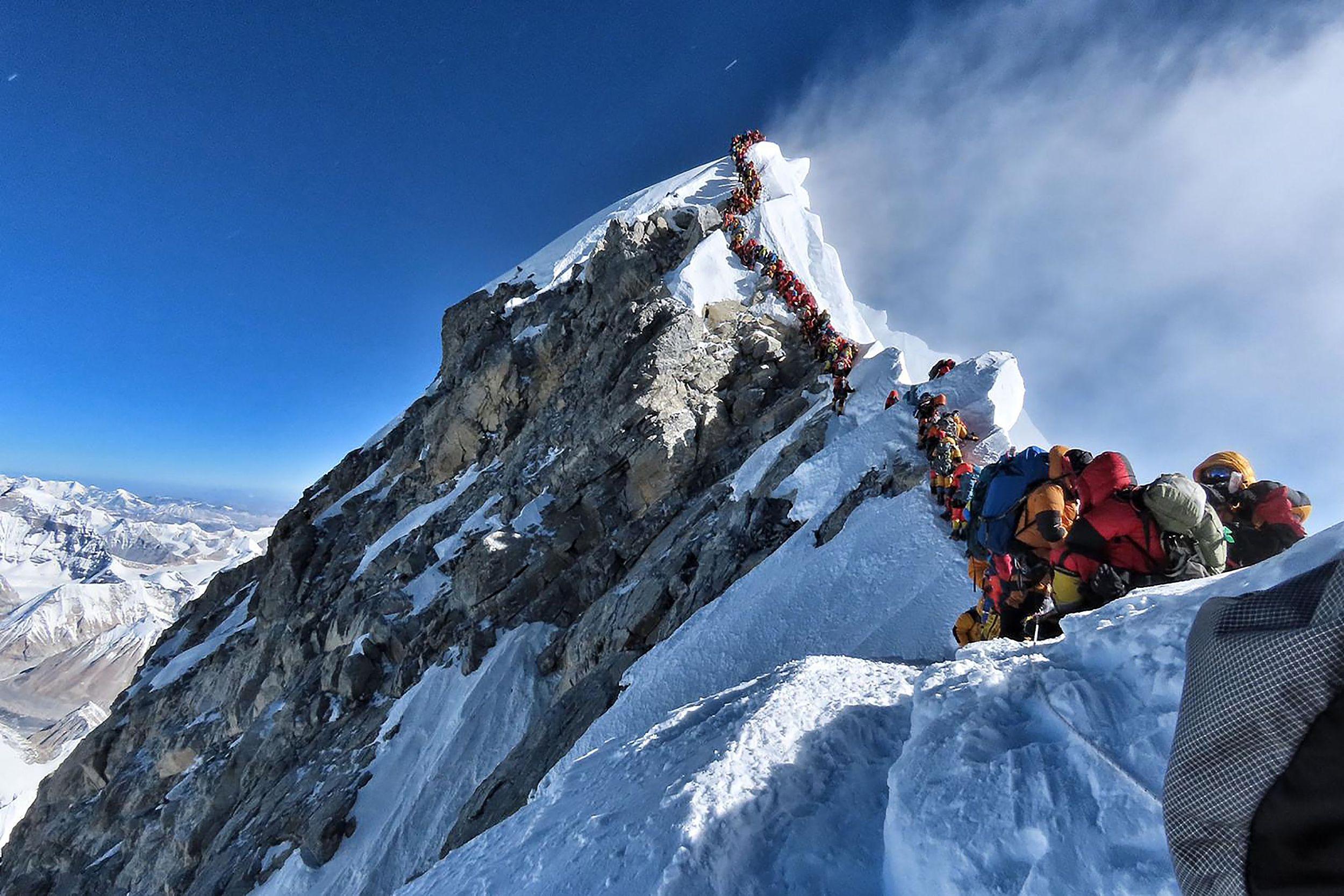 """尼泊尔急用钱重开珠峰攀登,限制登山者拍照却是""""掩耳盗铃"""""""