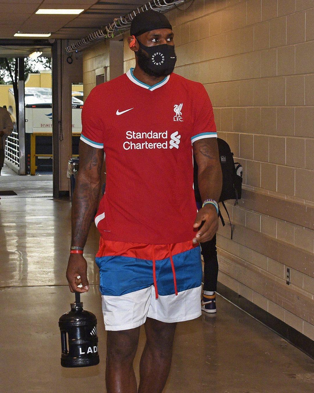 詹姆斯穿着利物浦球衣训练。