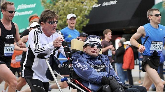 这位传奇父亲去世了,他推着脑瘫儿子跑了1000场比赛