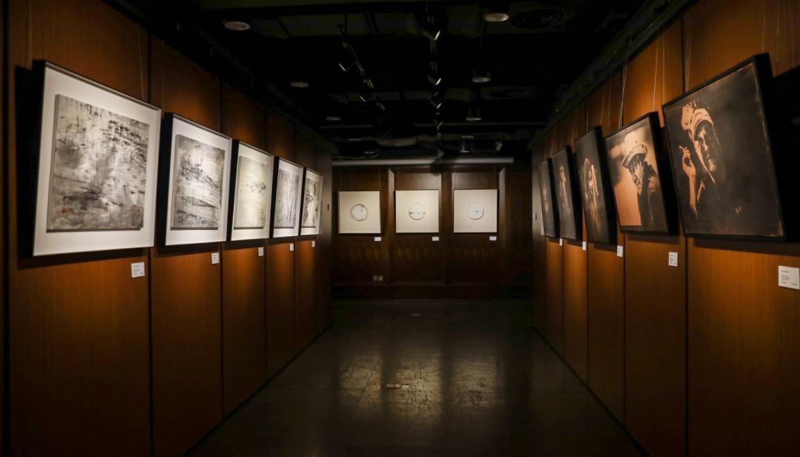 """""""嬗变1""""展览现场在原上海老相机制造博物馆2楼展厅。"""