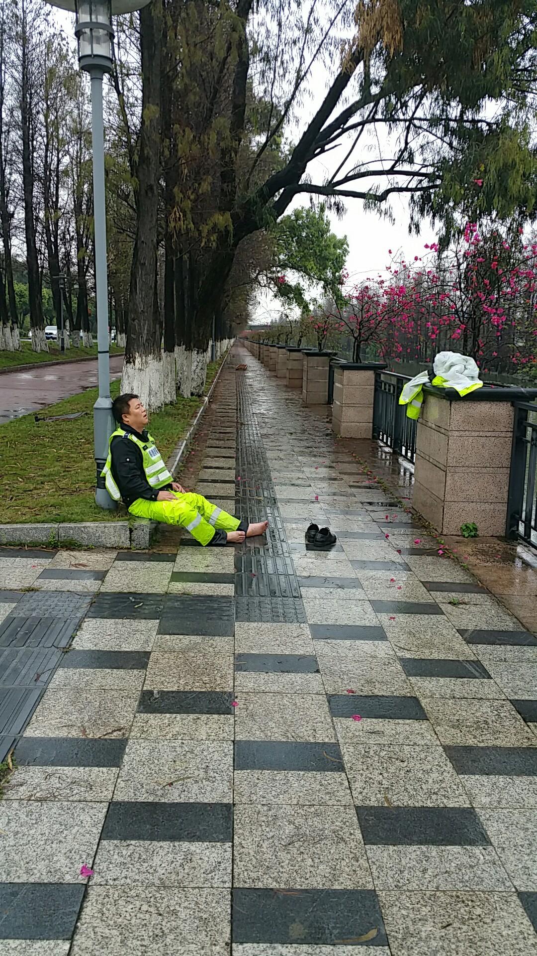 把老人救上岸后,郭偉權癱坐在路邊休息。