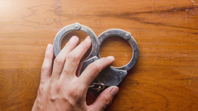 深圳一男子欲站外下车被拒向公交司机吐口水,警方:行政拘留