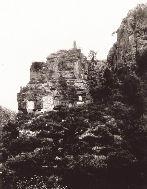 山东济南府的龙洞山谷。峰顶上有一座天宁式宝塔。伯施曼拍摄