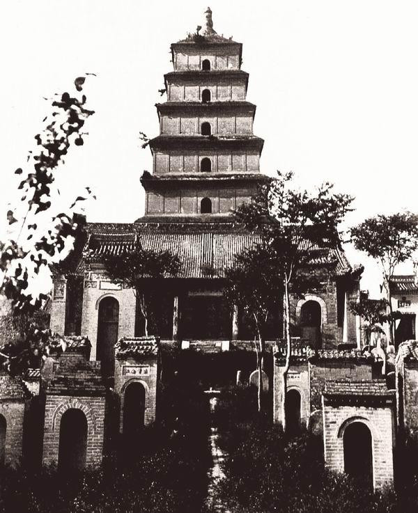 西安府大雁塔的主轴线,其碑文位于砖龛中。伯施曼拍摄