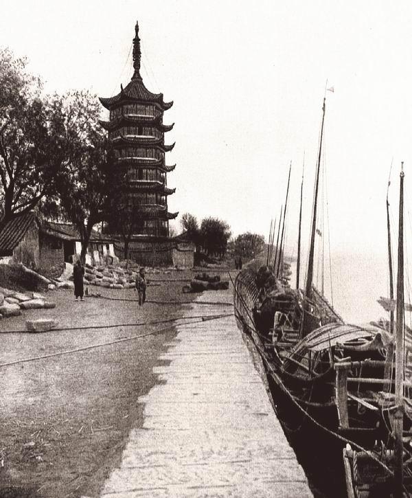 海宁州的占鳌塔。位于浙江杭州湾的北岸,钱塘江入海口处,这里大潮汹涌。宝塔六面七层,高约40米。修建或修缮于1732年。伯施曼拍摄。
