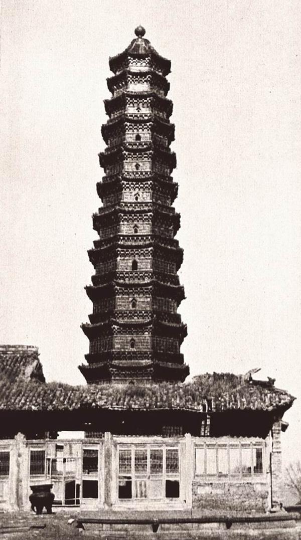 开封府的铁塔。共十三层,高50米,建于公元963—967年。寺庙遗迹现已消失无踪。巴尔泽拍摄于1911年。