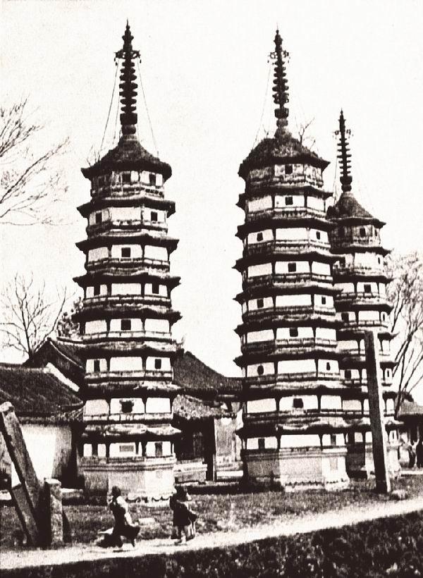 浙江嘉兴府运河旁的三座宝塔。中间的宝塔有九层,两侧的宝塔为八层。宝塔的高度分别为22米、22米和24米。法比希拍摄。