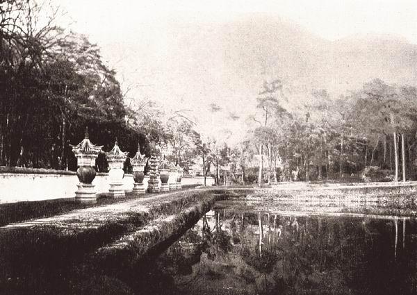 浙江宁波府天童寺内的七座佛塔。最早建造于1134年,重建于1637年。伯施曼拍摄