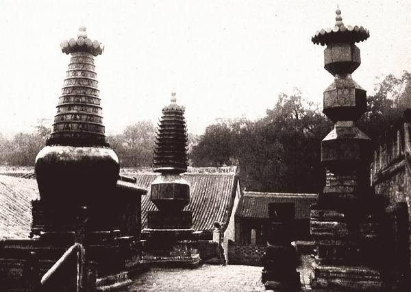 山西五台山显通寺内的五座青铜塔,图中是其中的三座宝塔、围墙、香炉,建于1600年左右。伯施曼拍摄
