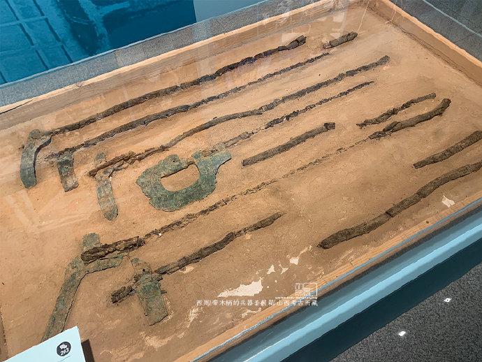 山西翼城西周大河口墓出土的兵器套装箱,里面整齐地摆放着一组长柄武器,由于木质柄很脆弱,考古所把这个1.44米宽,0.9米宽的部分直接提取了,我们得以有机会看到这些武器的摆放、绑系方式等细节。